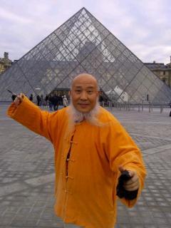 杨彦给出了在巴黎冬季的笑